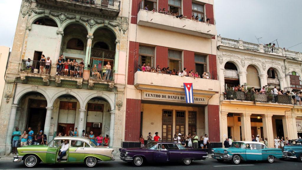 HAB101 LA HABANA (CUBA), 03/05/2016.- Decenas de personas observan desde sus casas el primer desfile de la casa de moda Chanel en La Habana (Cuba) en el Paseo del Prado hoy, 3 de mayo de 2016. EFE/Alejandro Ernesto